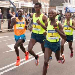 people sprinting in a marathon