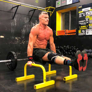 peter tuerk doing an l-sit while training after injury